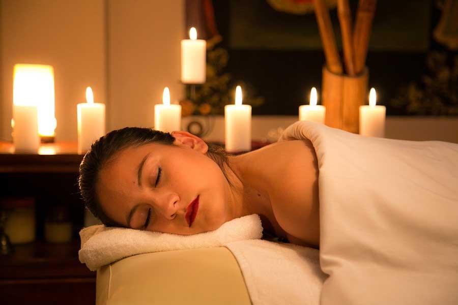 Beauté-l'huile-ou-la-bougie-de-massage